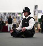 policia meditando